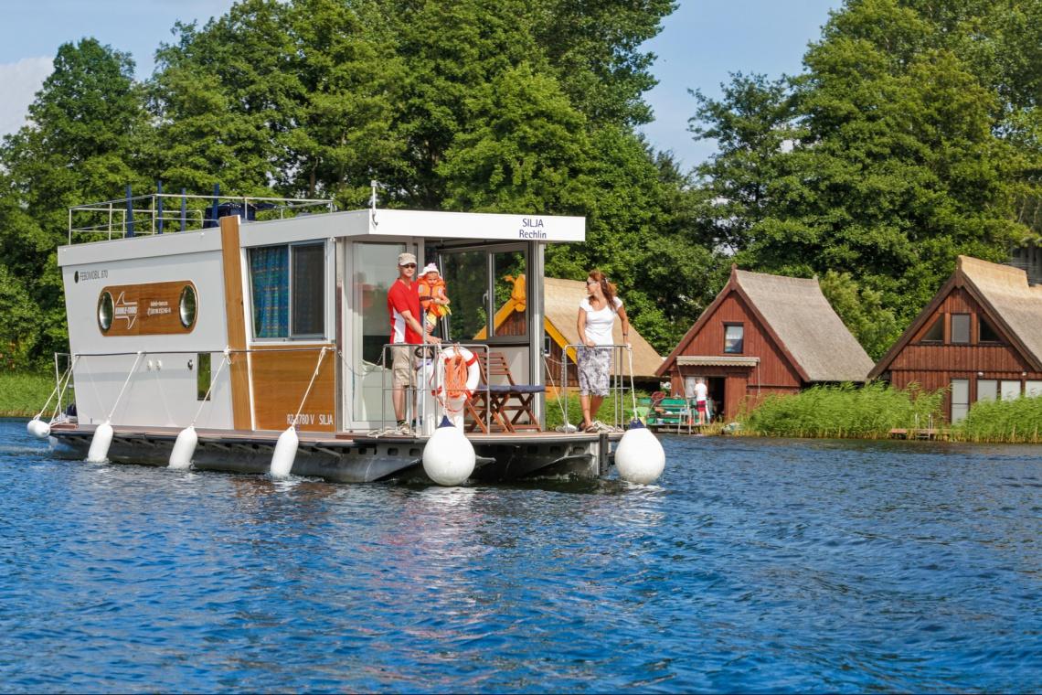 Pływające domy dla turystów w Elblągu