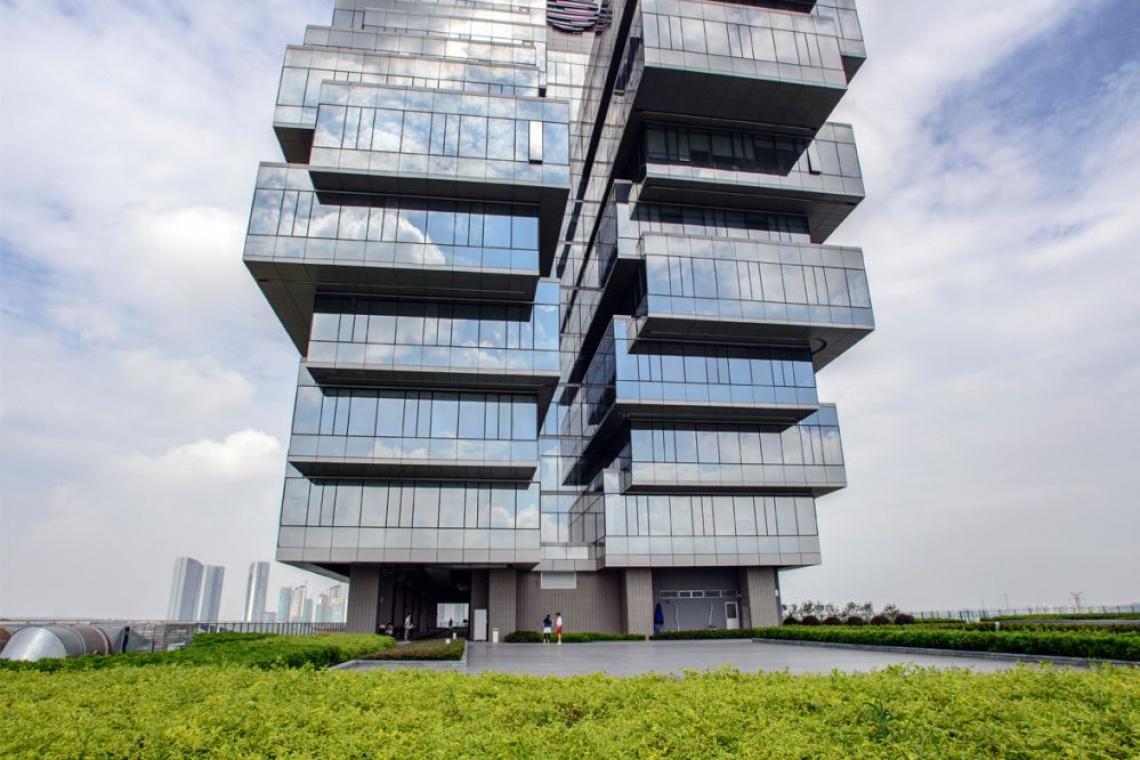Bryła Nanfung Complex złożona z poziomych, szklanych plastrów