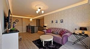 To nie jest standardowy pokój hotelowy, tu króluje styl francuskiego neobaroku