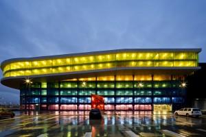 Gięte szkło w kolorze ochry - Emporia, czyli tak to się robi na świecie