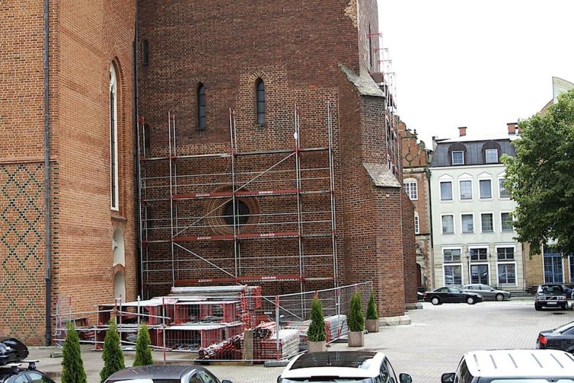 Trwa rewitalizacja placu katedralnego w Elblągu