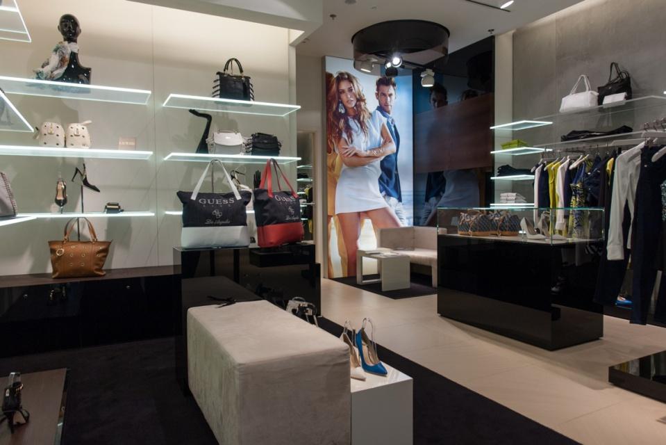 69026f8320498 Wnętrze nowego butiku Marciano Guess z najwyższej półki - Architektura