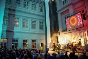 Zamek z baldachimem ze szkła od Projekt Praga