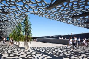 Koronkowy welon i gra cieni w marsylskim muzeum