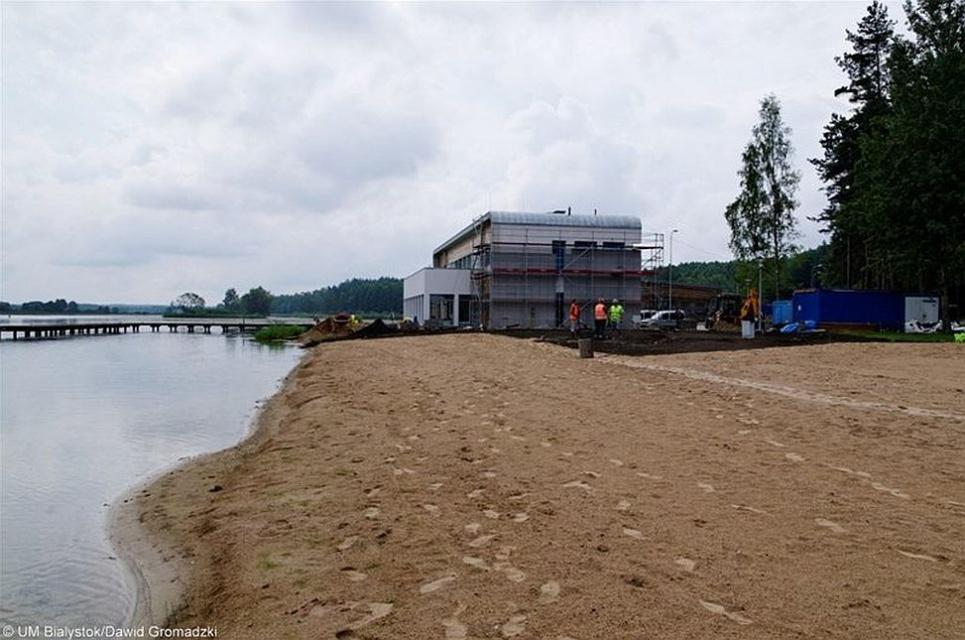 Białystok z nową plażą - pomosty i drewniane tarasy wokół wyspy