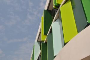Ekologiczna szkoła Fioretti College z designerską elewacją