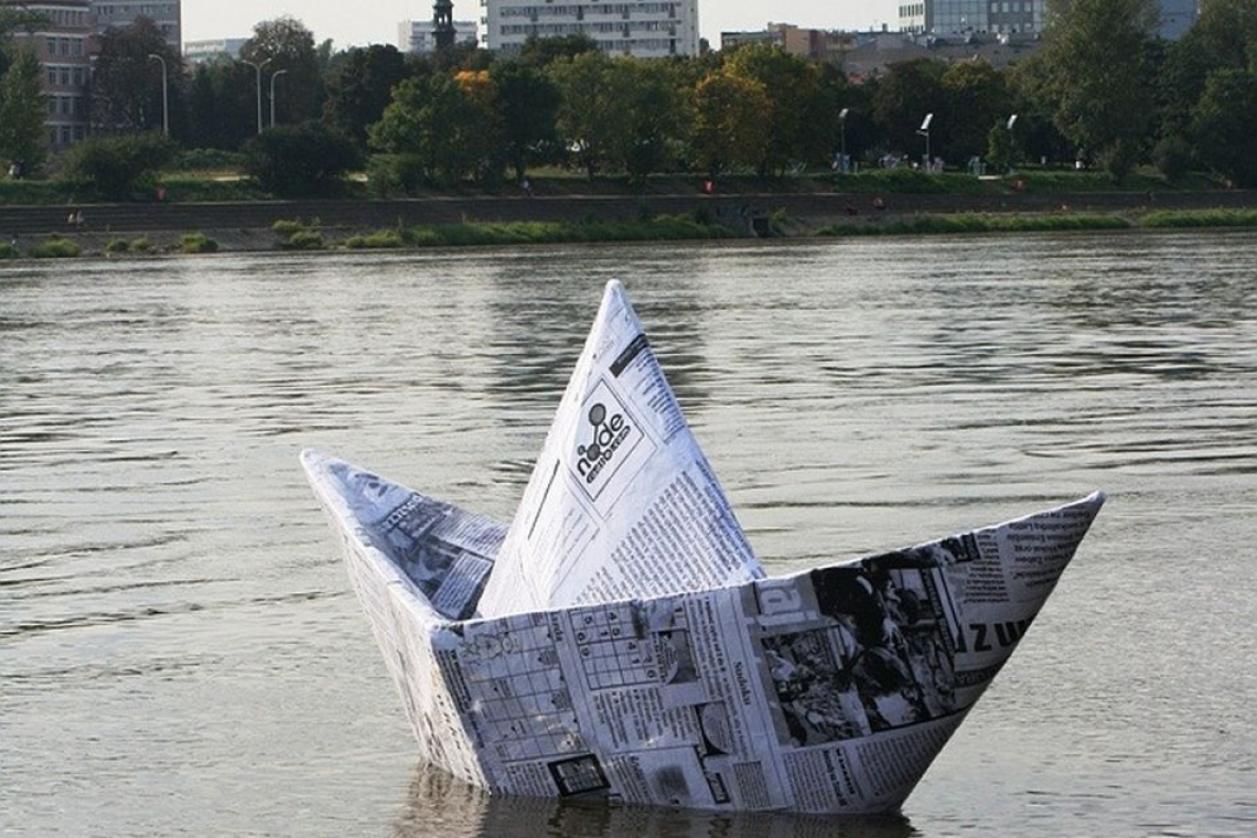 Papierowa łódka na Wiśle? To oryginalna instalacja artystyczna