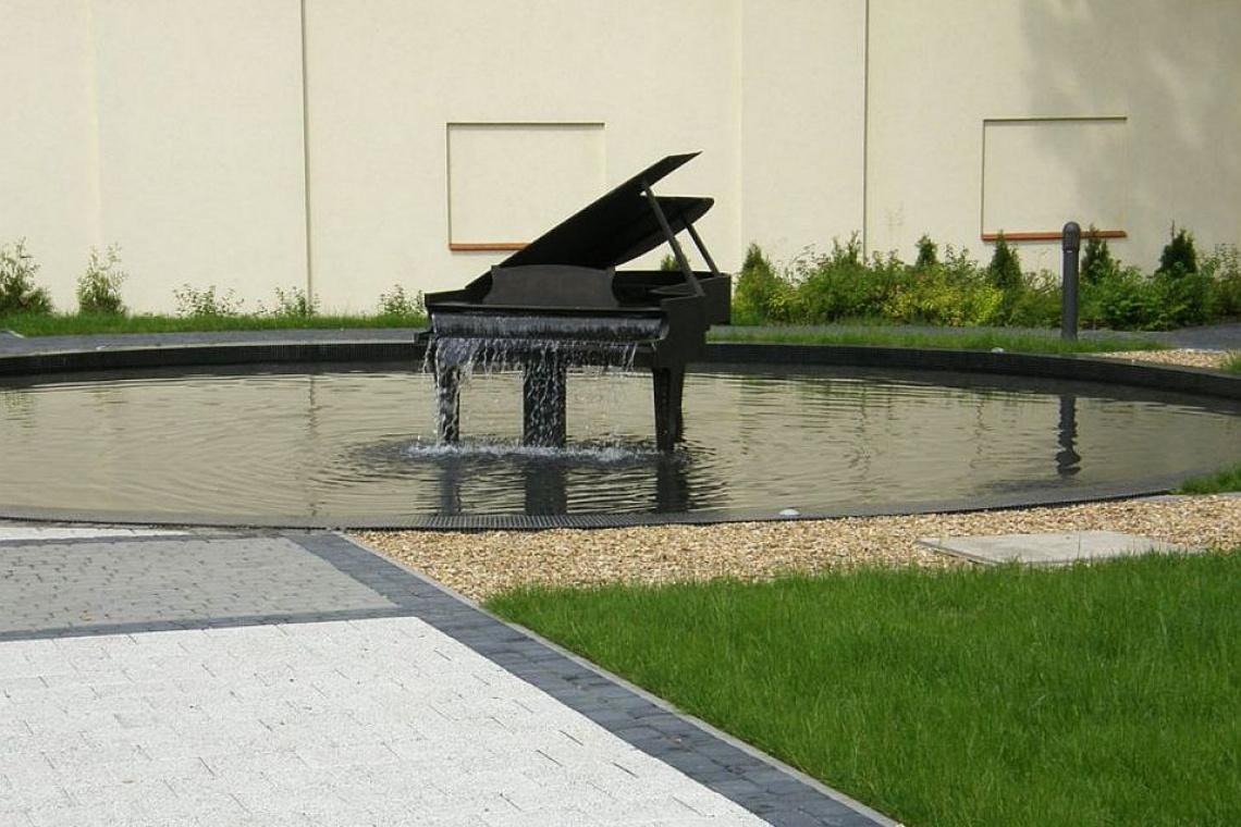 W Koszęcinie powstał skwer z fontanną w kształcie fortepianu