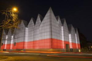 Futurystyczny gmach Filharmonii im. M. Karłowicza w Szczecinie z niezwykłą iluminacją