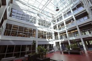 Ten surowy budynek jest dobrym przykładem szkoły śląskiej
