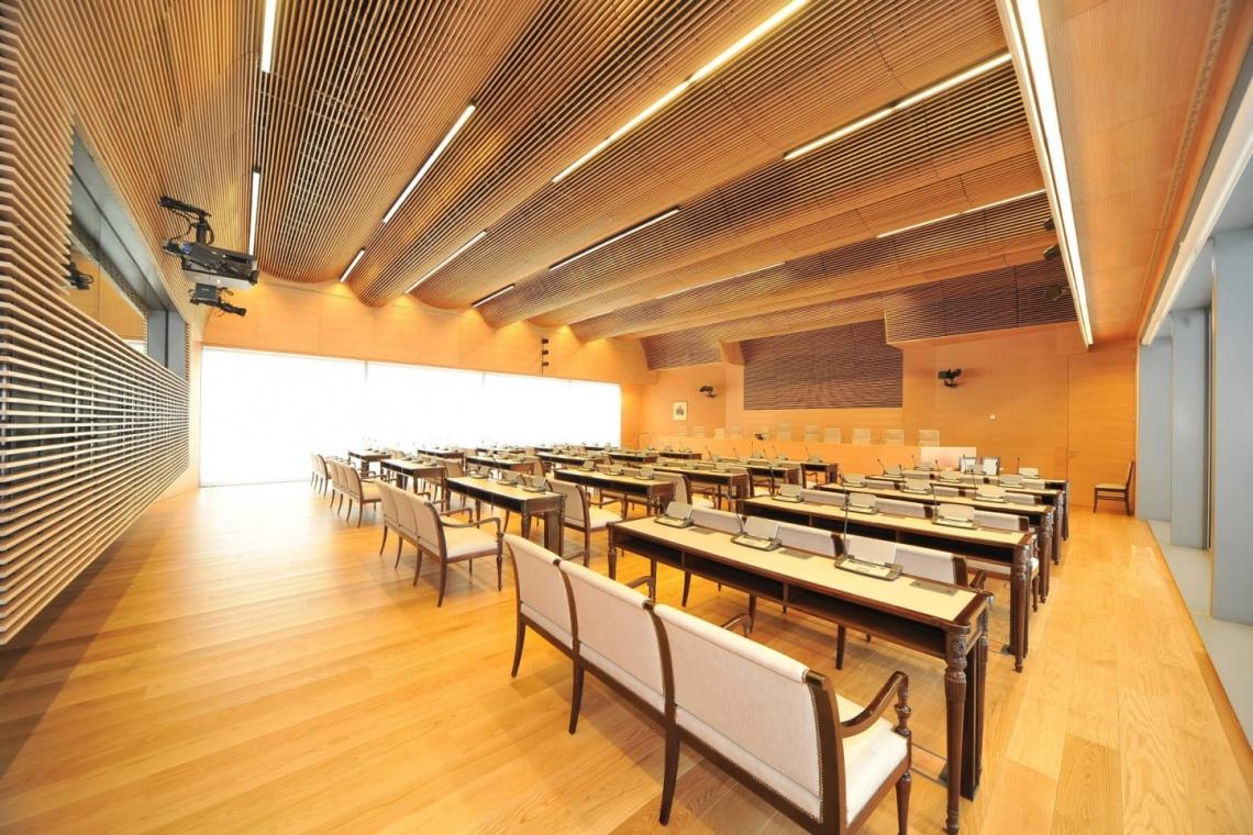 Drewno w aranżacji wnętrz: więcej możliwości i lepsza akustyka