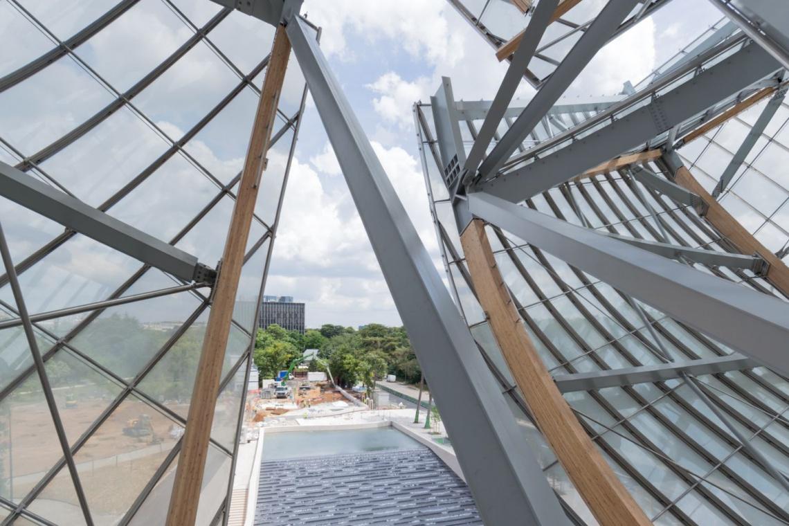 Ekstrawagancki budynek Muzeum Fundacji Louisa Vuittona gościł sławy podczas otwarcia