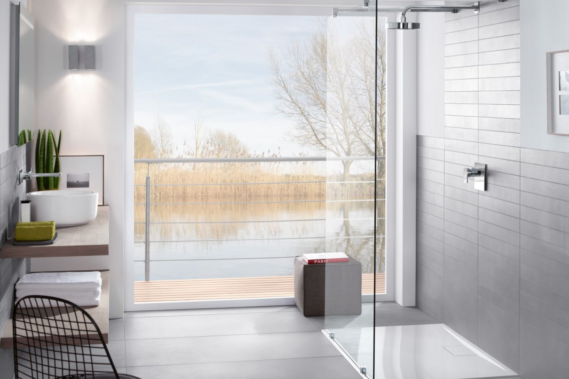 Aranżacja wnętrz - prysznice z super płytkimi brodzikami