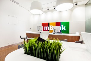 Balans bieli i charakterystycznej kolorystyki mBanku