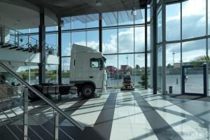 Szklana architektura salonów samochodowych