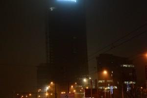 Wielki napis Kocham Warszawę na wieży Warsaw Spire