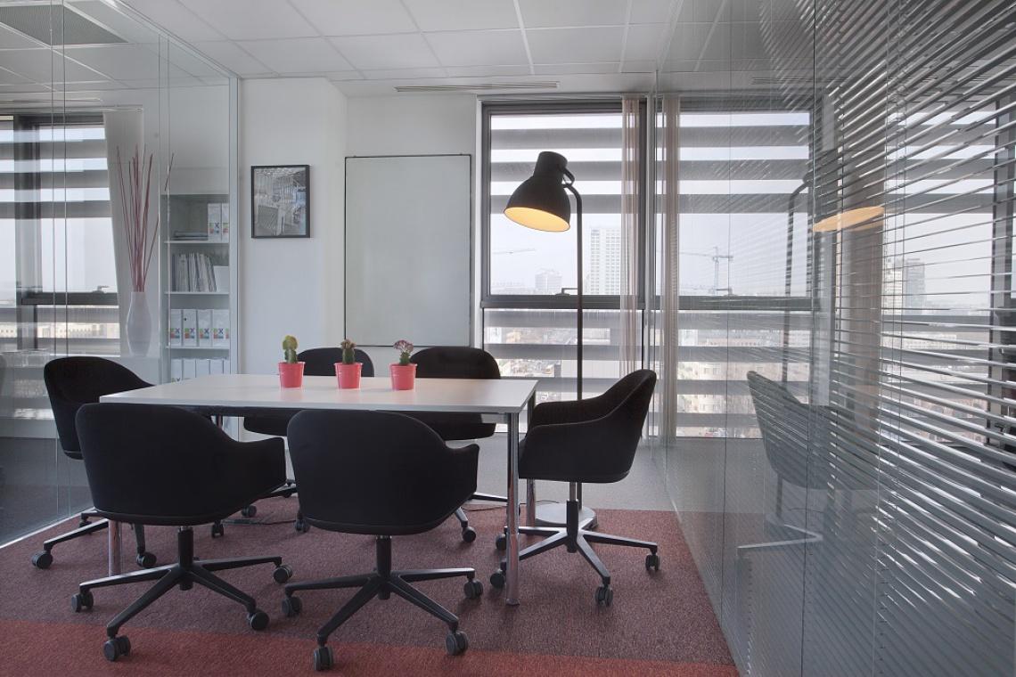Biuro Xplan: stonowane wnętrza z kolorowym akcentem