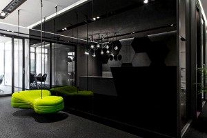 W tych biurach postawiono na klasyczne połączenie czerni z bielą
