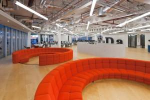 Przestronne i nowoczesne biuro telewizji UKTV według projektu Penson