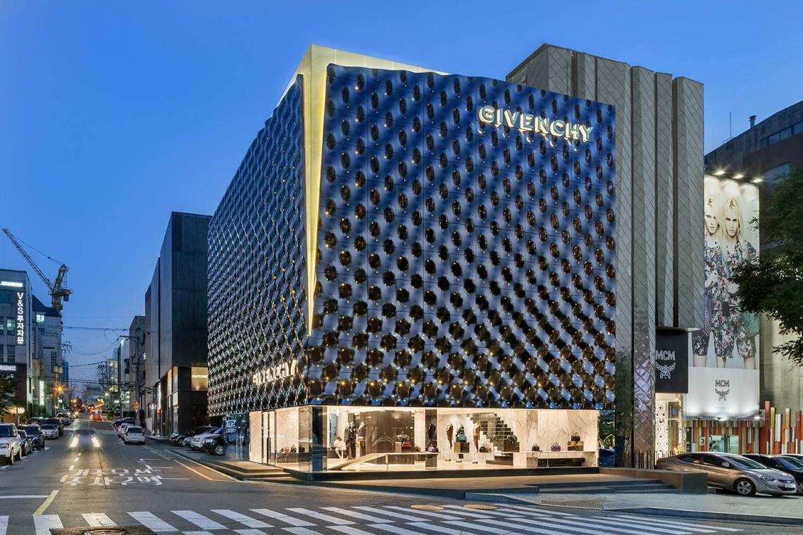 Flagowy salon Givenchy projektu Piuarch to błyszczące czarne pudełeczko