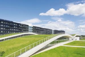 Faliste zielone dachy we Francji projektu Pargade Architectes