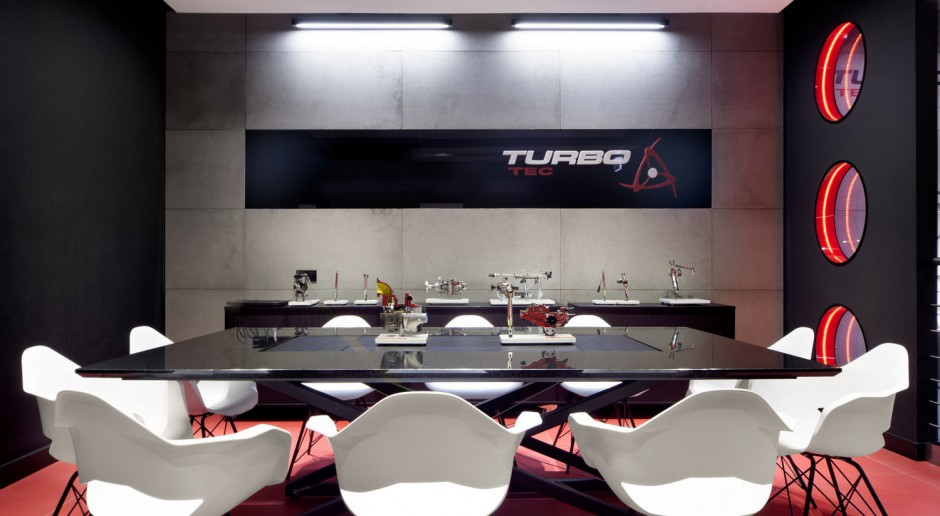 Stal, blacha i surowy beton dominują w projekcie siedziby Turbo-Tec