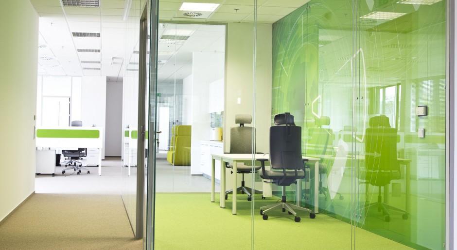 Nowoczesne biuro w stonowanych kolorach od JMP Service i Grupy Waryński