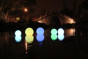 Atrakcyjna przestrzeń publiczna z kolorowymi lampami LED
