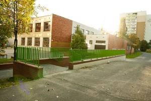 Projekt strefy wejściowej do szkoły według założeń MOM Architects