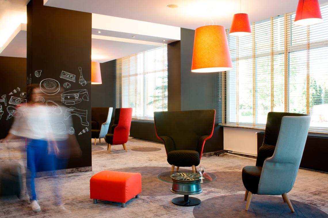 Kolorowe lobby hotelu zaprojektowane w stylu Fiata 126p