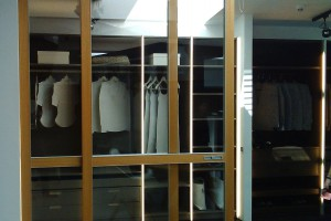 Showroom Raumplus zaaranżowany jak wielka garderoba