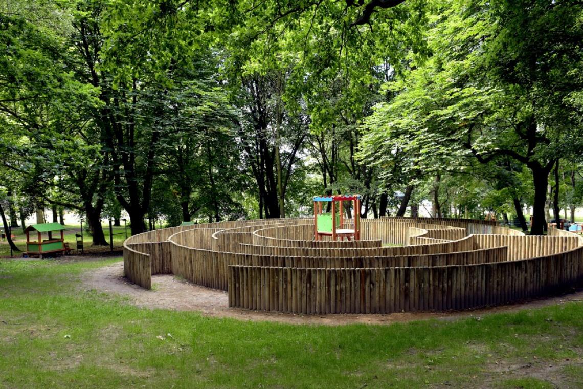 Oryginalny plac zabaw z wielkim labiryntem