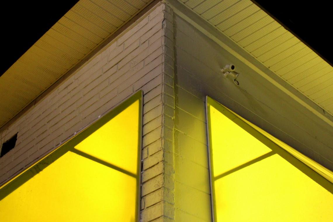 Żółty kolor razi w przestrzeni publicznej? Nie w Polsce