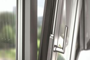 Ukryte okucia mechaniczne do okien o maksymalnym kącie rozwarcia