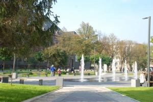 Tętniąca życiem przestrzeń miejska w centrum kampusu Politechniki Śląskiej