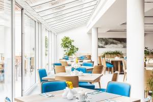 Tomek Rygalik wyposażył jasne, pełne spokoju wnętrza hotelu Grand Lubicz