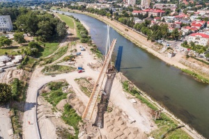 Niesamowita operacja obrotu kładki o 90 stopni na rzece San