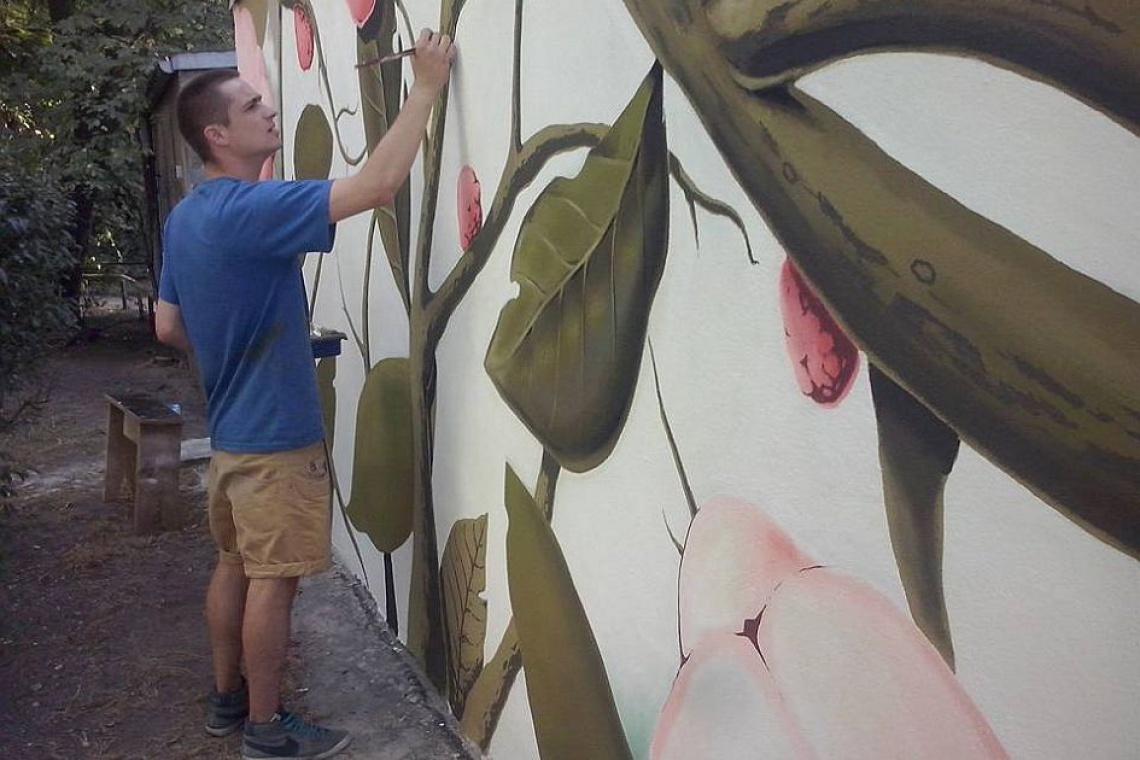 Kwiatowy mural ozdobi podwórko przy inwestycji Dominikański