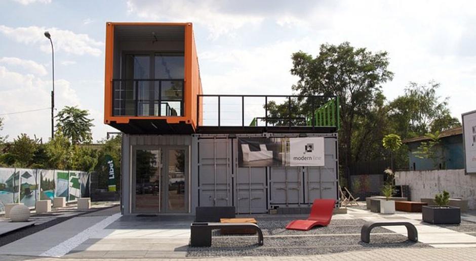 Kreatywny showroom Wzorcownia złożony z morskich kontenerów