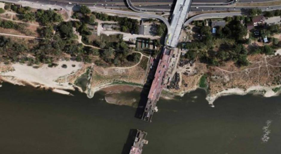 Ponad połowa Mostu Łazienkowskiego jest już nad nurtem Wisły