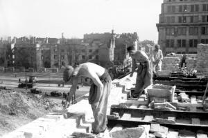Jak wyglądał proces odbudowy Warszawy po 1945 r.?