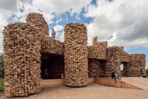 Rosyjski artysta tworzy oryginalne instalacje z drewna