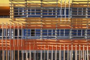 Niezwykła, kolorowa fasada uniwersytetu - zobacz projekt CRAB Studio
