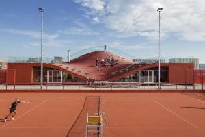 Trybuna niczym wielka kanapa. To projekt klubu tenisowego od MVRDV