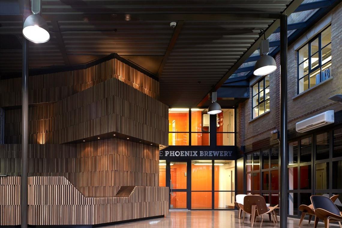 Funkcjonalne wnętrze z drewnianym akcentem