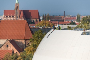Biała elewacja na OVO Wrocław prawie gotowa