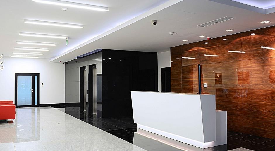 Proste i funkcjonalne wnętrze biura od Lab Architekci