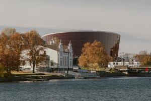 Bryła niczym wielki bursztyn leżący nad Bałtykiem