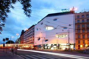 Futurystyczna, biała bryła centrum handlowego w Brnie