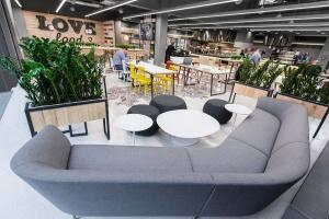 Klimatyczna, pełna drewna restauracja Lidl od mode:lina architekci